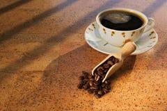 Kop van zwarte koffie in de ochtend Stock Foto