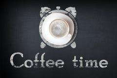 Kop van zwarte koffie en van de koffiekop vlek met het concept van de koffieklok royalty-vrije stock fotografie