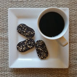 Kop van zwarte koffie met chocoladekoekjes Royalty-vrije Stock Afbeeldingen