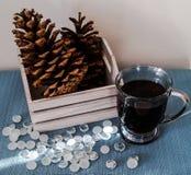 Kop van zwarte koffie met decoratieve houten doos Stock Fotografie
