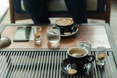 Kop van zwarte koffie op de lijst in koffiewinkel Royalty-vrije Stock Foto's