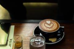 Kop van zwarte koffie op de lijst in koffiewinkel Stock Fotografie