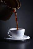 Kop van zwarte koffie op donkere achtergrond Stock Afbeeldingen