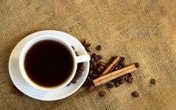 Kop van zwarte koffie op juteachtergrond royalty-vrije stock afbeelding