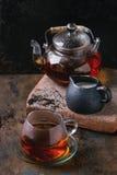 Kop van zwarte thee met melk Stock Fotografie