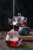Kop van zwarte thee met melk Stock Afbeelding