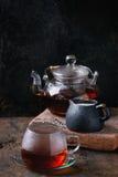 Kop van zwarte thee met melk Royalty-vrije Stock Foto's