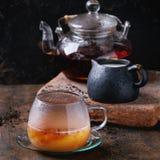 Kop van zwarte thee met melk Royalty-vrije Stock Afbeeldingen