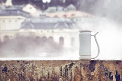 Kop voor het drinken van mineraalwater die zich op bassin van de hete lente Vridlo en damp bevinden die op achtergrond toenemen royalty-vrije stock foto