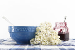 Kop voor ontbijt met bloemen, op wit royalty-vrije stock fotografie