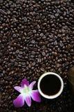 Kop zwarte koffie en koffiebonen op houten achtergrond Royalty-vrije Stock Foto