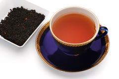Kop zwarte thee en theebladen Royalty-vrije Stock Afbeelding