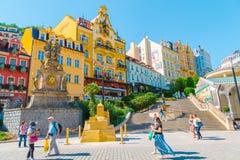 Kopalna wiosny fontanna, Europejscy kolorowi budynki i ulica w Karlovy Zmieniamy, republika czech zdjęcia stock