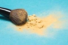 Kopalnego shimmer proszka złoty kolor z makeup muśnięciem Zdjęcia Stock