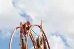 Kopalnianego dyszla pulley od niskiego kąta z niebem i chmurami za zdjęcia stock