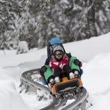KOPAONIK,塞尔维亚- 2月, 05 男孩和女孩sledding在雪橇 2015年2月05日在Kopaonik,塞尔维亚 免版税库存图片