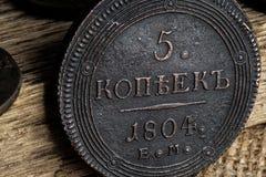 5 kopeck 1804 sur un vieux fond en bois, une pièce de monnaie du 17ème siècle Image stock
