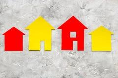 Kopend huis met document omhoog cijfer aangaande de steen van het het achtergrond werkbureau hoogste meningsspot Royalty-vrije Stock Fotografie