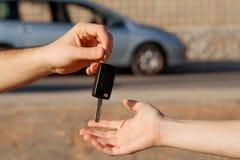 Kopende nieuwe auto, die sleutel overgaat Stock Fotografie
