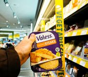 Kopende veganist en vegetarisch voedsel in Duitse supermarkt Edeka stock foto's