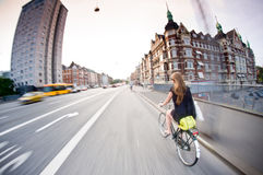 Kopenhaga: ładny dziewczyny jazdy rower fotografia stock