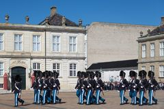 Kopenhaga Dani, Kwiecień, - 30, 2017: Królewscy strażnicy podczas ce Zdjęcie Stock