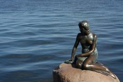Kopenhaga Dani, Lipiec, - 23, 2016: Sławna statua mała syrenka w Kopenhaga Obrazy Stock