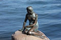 Kopenhaga Dani, Lipiec, - 23, 2016: Sławna statua mała syrenka w Kopenhaga Obrazy Royalty Free