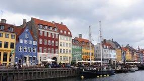 KOPENHAGA DANI, MAJ, - 31, 2017: ludzie w otwartych kawiarniach sławny Nyhavn deptak Nyhavn xvii wiek schronienie Obrazy Stock