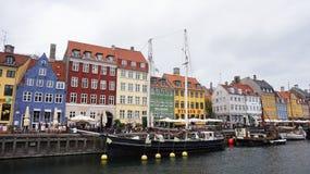 KOPENHAGA DANI, MAJ, - 31, 2017: ludzie w otwartych kawiarniach sławny Nyhavn deptak Nyhavn xvii wiek schronienie w Copenhag Obraz Royalty Free
