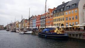 KOPENHAGA DANI, MAJ, - 31, 2017: Nyhavn xvii wiek schronienie w Kopenhaga z typowymi kolorowymi domami i wodnymi kanałami Obrazy Stock