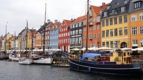KOPENHAGA DANI, MAJ, - 31, 2017: Nyhavn xvii wiek schronienie w Kopenhaga z typowymi kolorowymi domami i wodnymi kanałami Zdjęcia Stock
