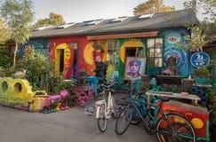 KOPENHAGA DANI, Październik, - 2018: Mały, kolorowy sztuka sklep w Freetown Christiania, samozwańczy autonomiczny obraz stock