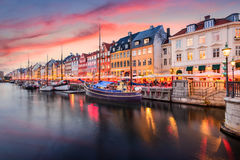 Kopenhaga, Dani przy Nyhavn kanałem obraz royalty free