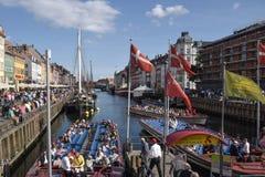 Kopenhaga Dani, Sierpień, - 29, 2015: Tłoczy się przy i wycieczek turysycznych łodzie obrazy royalty free