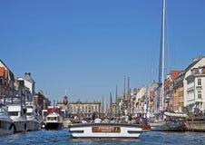 Kopenhaga, Dani - Turystyczna łódź wchodzić do w Nyhavn Zdjęcia Royalty Free