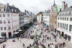 Kopenhaga miasta Denmark stroeget uliczny zakupy z ludźmi Fotografia Royalty Free