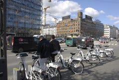 KOPENHAGA miasta ELEKTRYCZNI rowery Obrazy Royalty Free