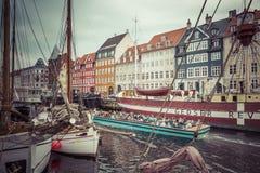 KOPENHAGA, WRZESIEŃ - 07: Jachty w NYHAVN na Wrześniu 07, 201 Zdjęcia Stock