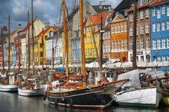 KOPENHAGEN, DÄNEMARK - 14. AUGUST 2016: Boote in den Docks Nyhavn Lizenzfreies Stockbild