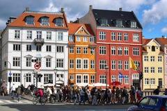 KOPENHAGEN, DÄNEMARK - 14. AUGUST 2016: Boote in den Docks Nyhavn Lizenzfreie Stockfotografie
