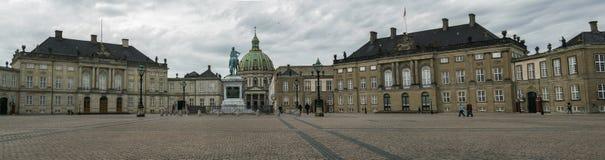 KOPENHAGEN, DÄNEMARK - MAI 2017: Amalienborg-Palast in Kopenhagen, Dänemark an einem bewölkten Frühlingstag Stockbilder