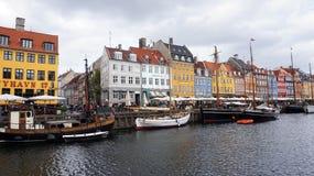 KOPENHAGEN, DÄNEMARK - 31. MAI 2017: Leute in den offenen Cafés des berühmten Nyhavn promenieren Nyhavn ein Hafen des 17. Jahrhun Stockbild