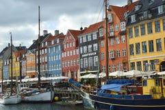 KOPENHAGEN, DÄNEMARK - 31. MAI 2017: Leute in den offenen Cafés des berühmten Nyhavn promenieren Nyhavn ein Hafen des 17. Jahrhun Lizenzfreies Stockfoto