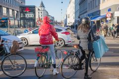 Kopenhagen, Dänemark 27. November 2018 Radfahrer, die auf Ampeln auf Stadtzentrum warten stockfotografie