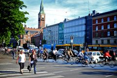 Kopenhagen Dänemark: Reitenfahrräder der Leute Stockbild