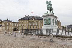 KOPENHAGEN, DÄNEMARK - 8. SEPTEMBER: Schloss Amalienborg mit Statue Stockbild