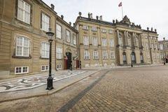 KOPENHAGEN, DÄNEMARK - 8. SEPTEMBER: Schloss Amalienborg mit Statue Lizenzfreie Stockfotografie