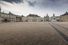KOPENHAGEN, DÄNEMARK - 8. SEPTEMBER: Schloss Amalienborg mit Statue Lizenzfreie Stockbilder