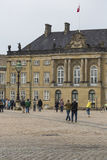 KOPENHAGEN, DÄNEMARK - 8. SEPTEMBER: Schloss Amalienborg mit Statue Stockfotografie